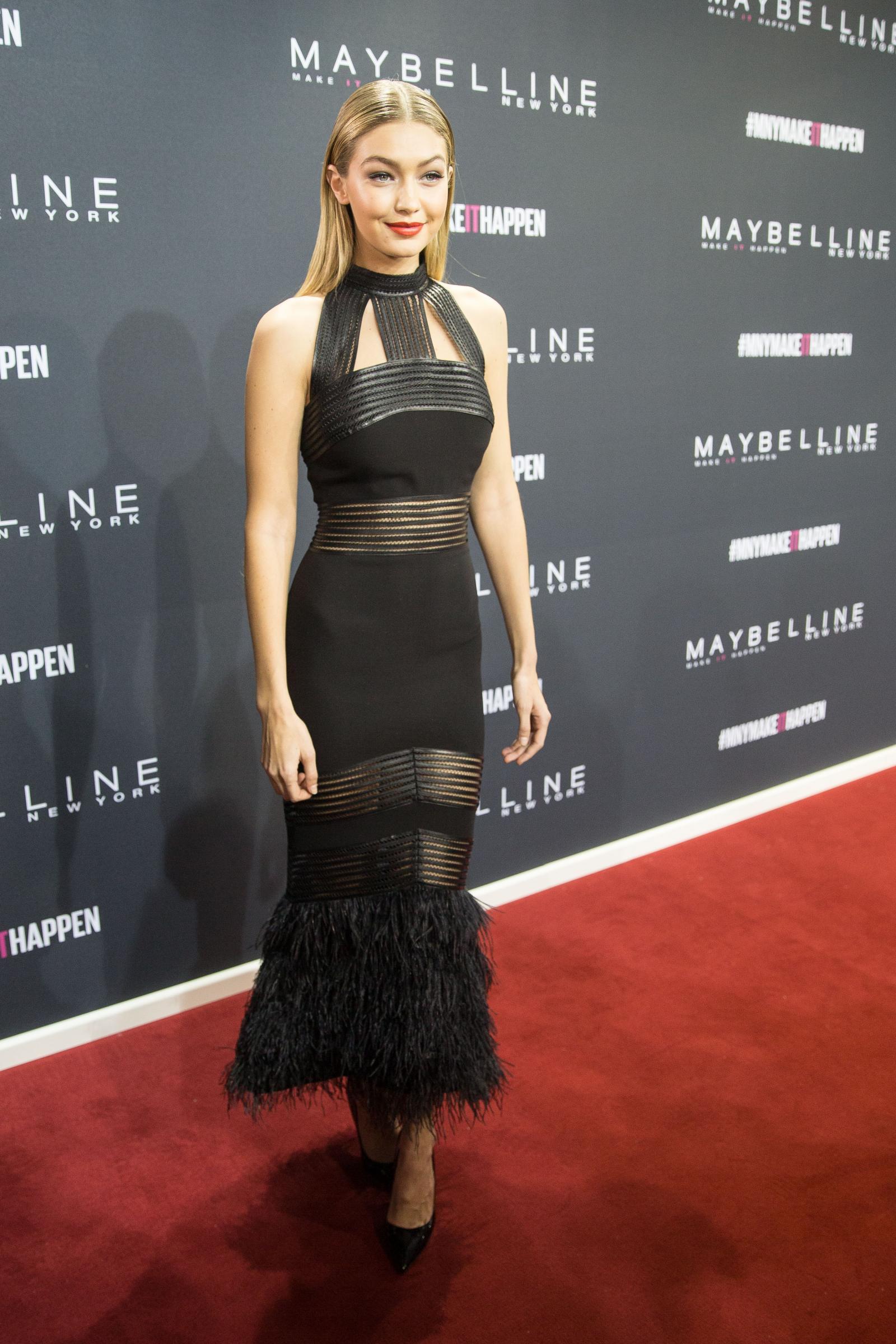 Gigi Hadid sempre più magra in abito nero e trasparenze FOTO