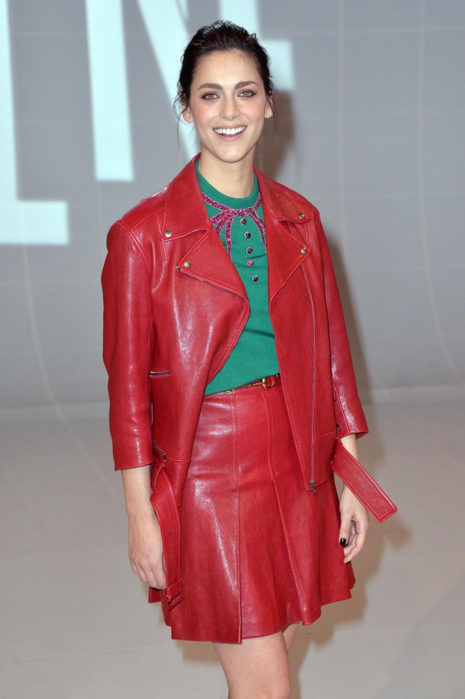 Miriam Leone: minigonna in pelle rossa e gambe in vista FOTO