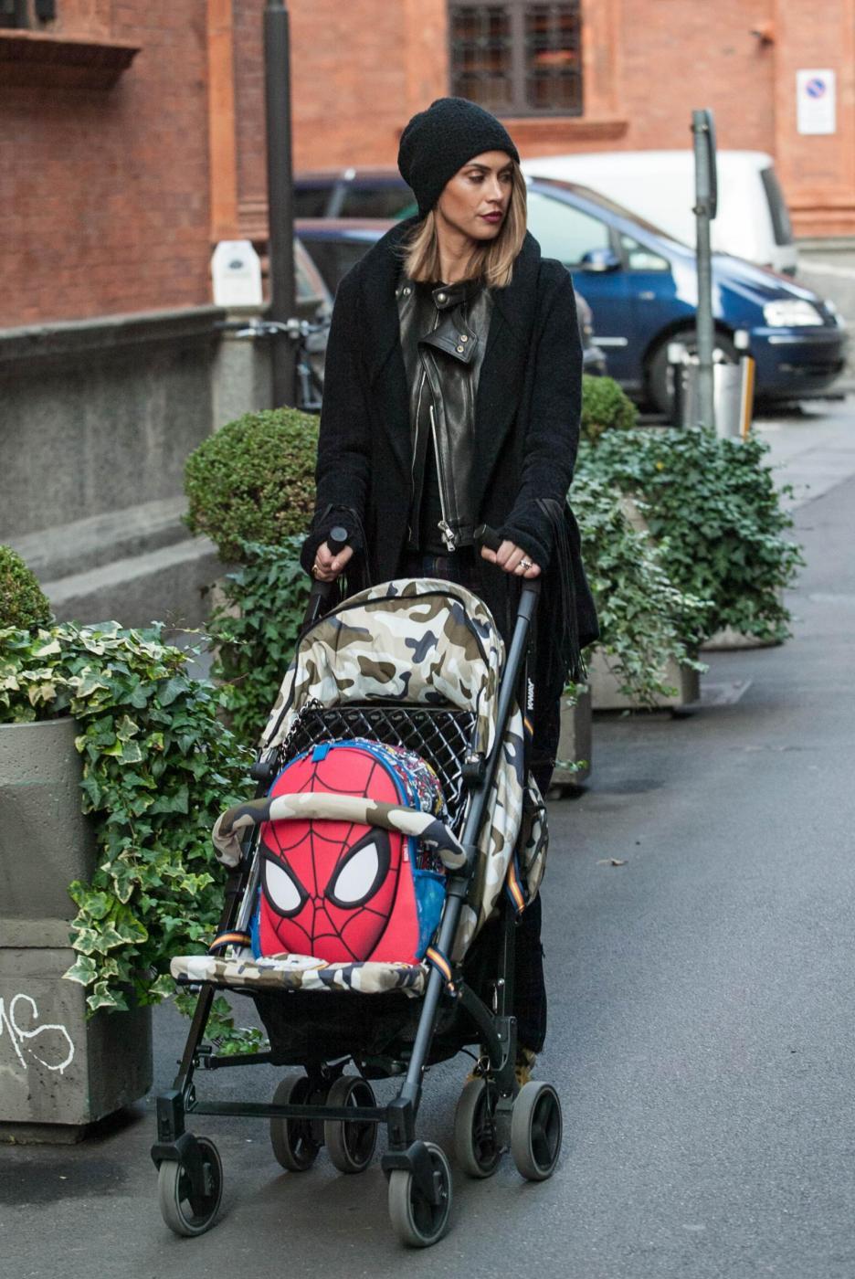 Melissa Satta, caschetto lungo e cappello: a passeggio con Boateng