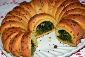 Corona di Brioche salata con Scarola e Bietole.