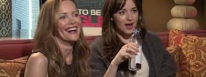 """Dakota Johnson, Leslie Mann a intervistatore: """"Sei sexy"""" VIDEO. Dopo il successo di """"50 sfumature di grigio"""", Dakota Johnson torna al cinema con """"Single ma non troppo"""". Ambientato a New York, Dakota interpreta una donna in cerca dell'amore che non si risparmia qualche scappatella."""