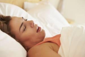 Dormire con la bocca aperta fa male: ecco cosa rischi