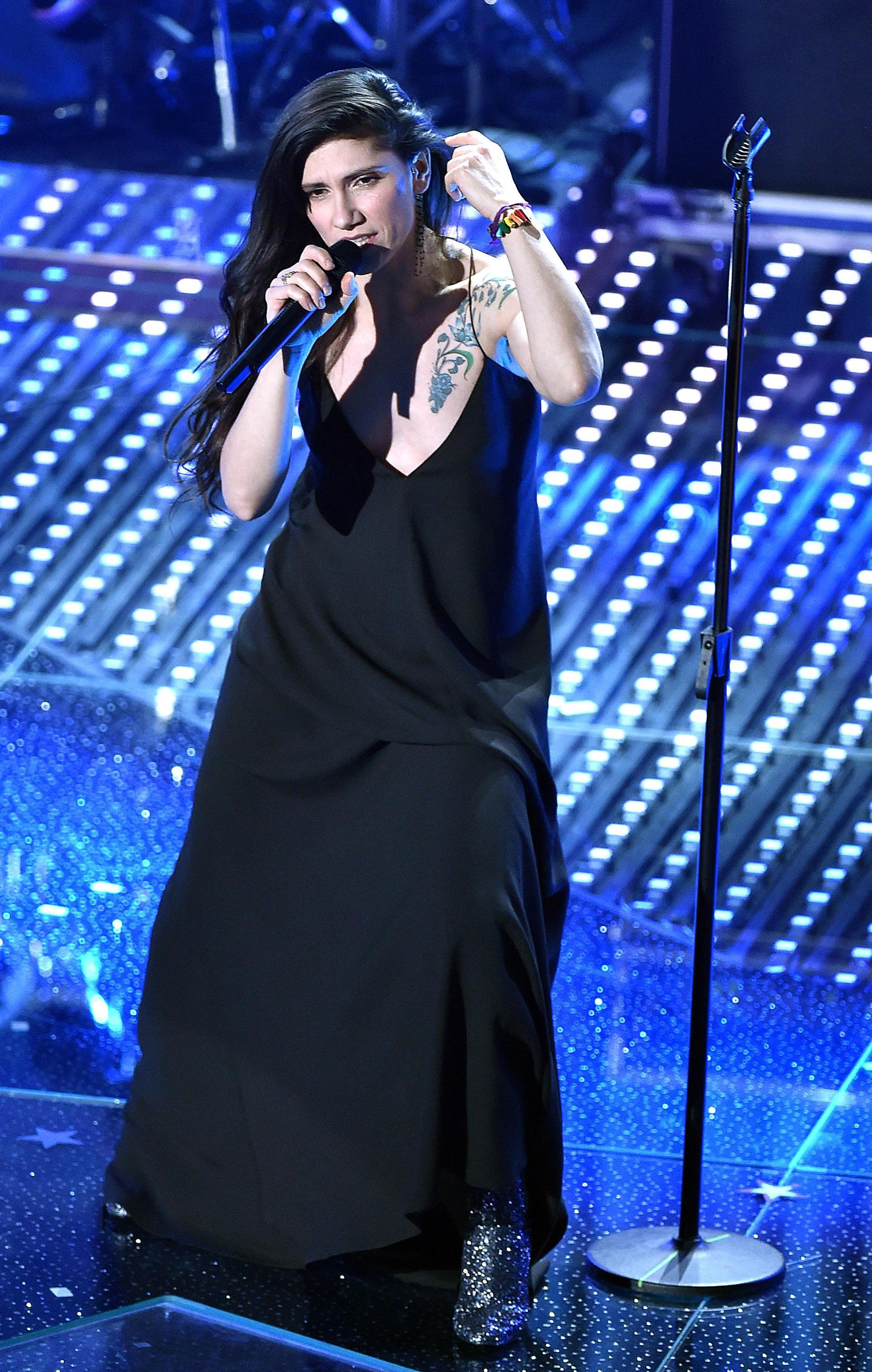 Sanremo, Elisa: look total black e tatuaggio in bella vista FOTO 3