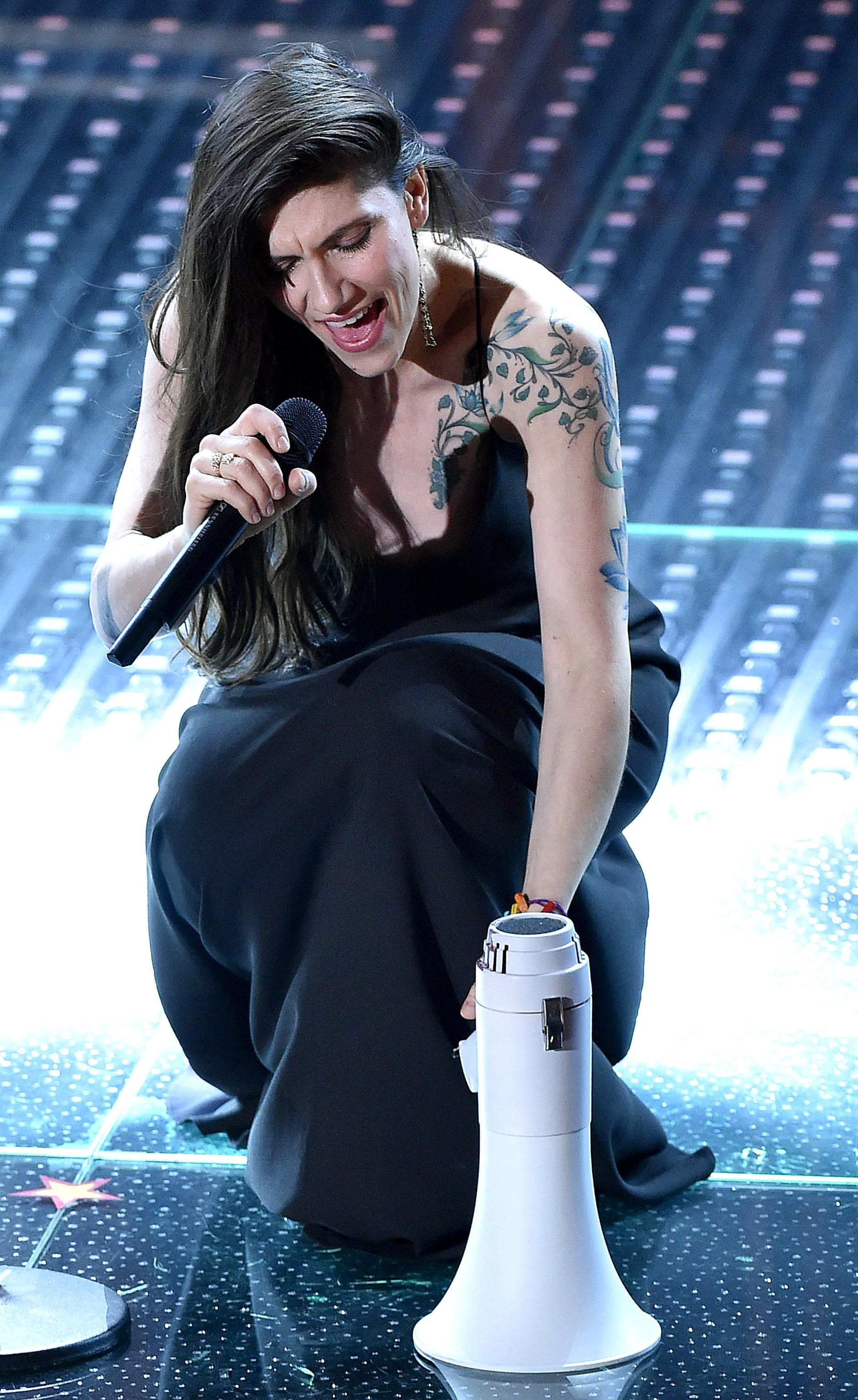Sanremo, Elisa: look total black e tatuaggio in bella vista FOTO 456