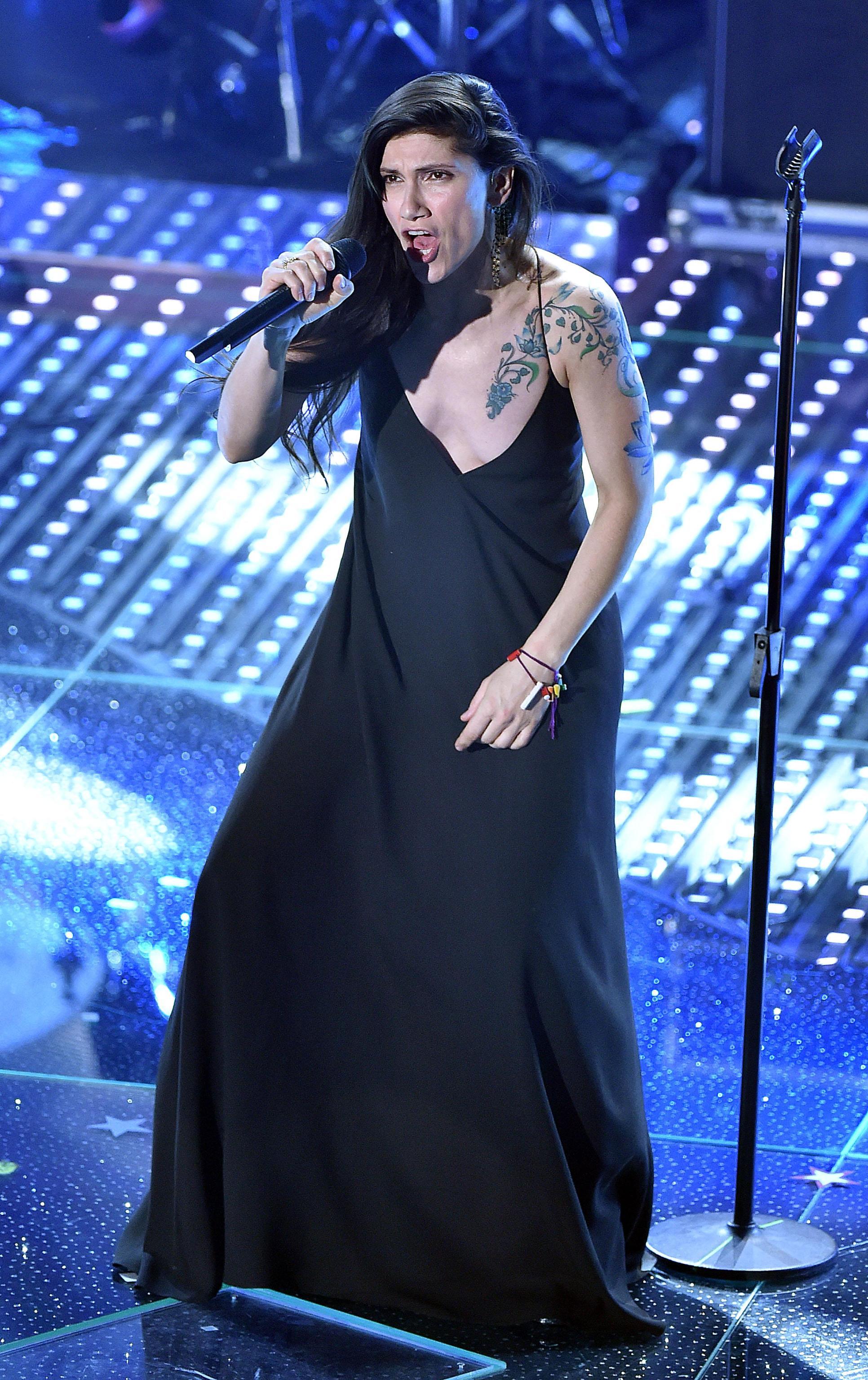 Sanremo, Elisa: look total black e tatuaggio in bella vista FOTO 1