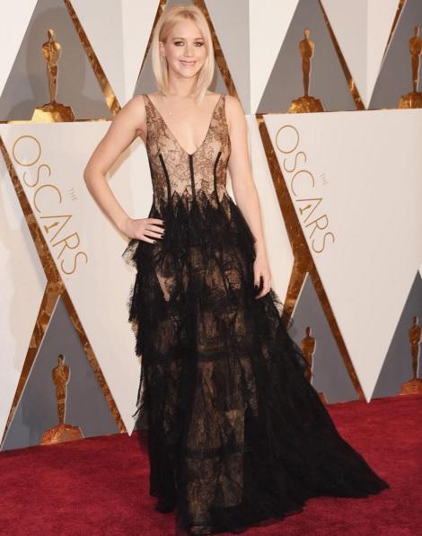 Jennifer Lawrence: pizzo e trasparenze, Dior da impazzire FOTO