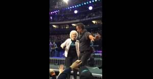 """Bruce Springsteen canta """"Dancing in the dark"""" con nonnina di 91 anni"""