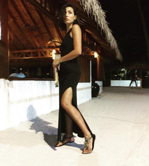 Caterina Balivo, abito nero con spacco in vacanza FOTO