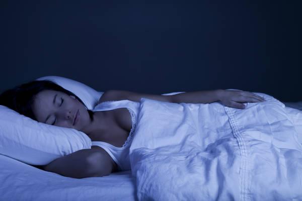 Donne devono dormire più degli uomini. Ecco perché