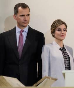 Letizia Ortiz: completo bianco e camicia FOTO
