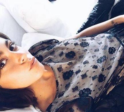 Martina Stoessel (Violetta) abito nero velato. Lo stilista FOTO