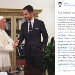 """ROMA - Papa, stretta di mano con CEO Instagram: cosa non va nella FOTO? Il Papa è pronto per Instagram ma Instagram è pronto per il Papa? Di certo, il co-fondatore del social di foto più famoso del pianeta Kevin Systrom, proprio no. A dimostrarlo è la foto che ha fatto il giro del web, anzi del pianeta, che mostra l'incontro tra il giovane e Papa Francesco. Il fatto è molto semplice: il giovanotto, 32 anni, si rivolge allegramente al Papa porgendogli la mano... con l'altra mano in tasca. E va bene l'atteggiamento smarty, va bene voler far passare il messaggio """"il mondo è per i giovani"""", ma tenere la mano in tasca di fronte al Papa è un atto di suprema maleducazione. Kevin, che sicuro saprà più degli altri per quanto riguarda informatica e web, non deve saperne molto di etichette ed educazione. Parlare con qualcuno tenendo le mani in tasca, infatti, è da sempre considerato un gesto maleducato, non si dovrebbe fare parlando con un amico, figuriamoci con Papa Francesco. Per quanto riguarda il Papa, invece, il Pontefice è sempre un passo avanti. La sua apertura verso le nuove tecnologie ed i Social è ormai nota a tutti e, aprendosi ad Instagram, ha fatto un ulteriore passo avanti verso i giovani. A poche ore dall'approdo su Instagram, il Papa ha totalizzato già 1 milione e mezzo di seguaci che aumentano a vista d'occhio. Poche ore fa il Pontefice ha scritto su Twitter: """"Ho iniziato un nuovo viaggio, su Instagram, insieme a voi. Camminate con me sulla via della misericordia e dell'amore di Dio"""". Già su Twitter il Papa è popolarissimo e, con i suoi quasi 9 milioni di seguaci, detiene uno dei profili più seguiti. Ma solo il tempo potrà dire che anche su Instagram la presenza di Papa Francesco sarà un successo, al pari di attori di fama mondiale come Selena Gomez. che su Instagram ha quasi 70 milioni di follower. Insomma, ancora una volta Papa Francesco ha dimostrare di essere più avanti degli altri. Ma i giovani saranno all'altezza del Pontefice?"""