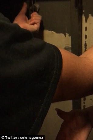 Selena Gomez bloccata in un'ascensore a Parigi5