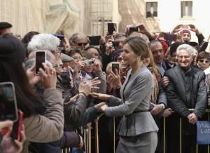 Letizia Ortiz news: completo grigio e chignon FOTO
