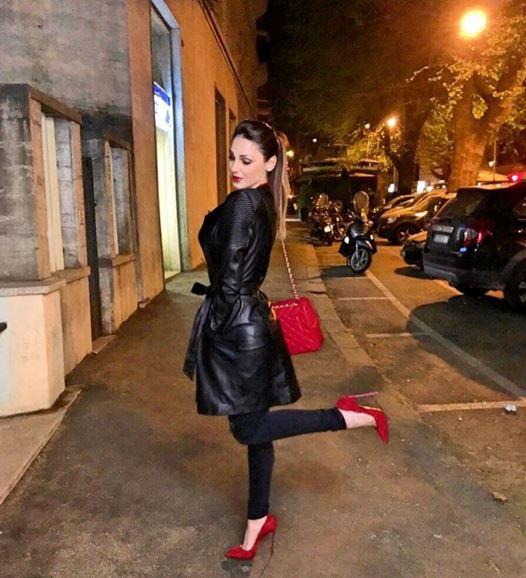 Anna Tatangelo, giacca in pelle e tacchi rossi FOTO