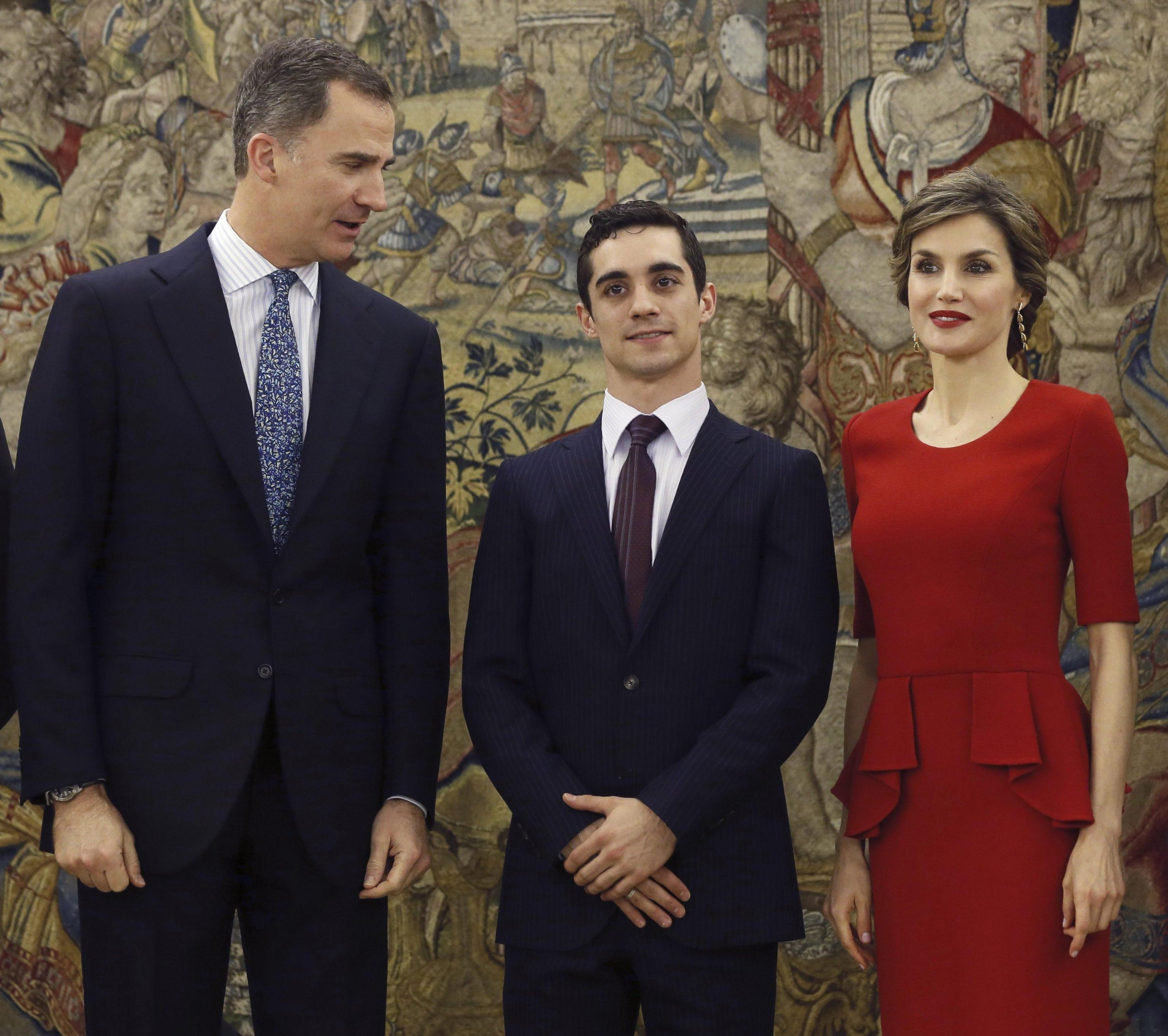 Letizia Ortiz look: tubino rosso e chignon FOTO
