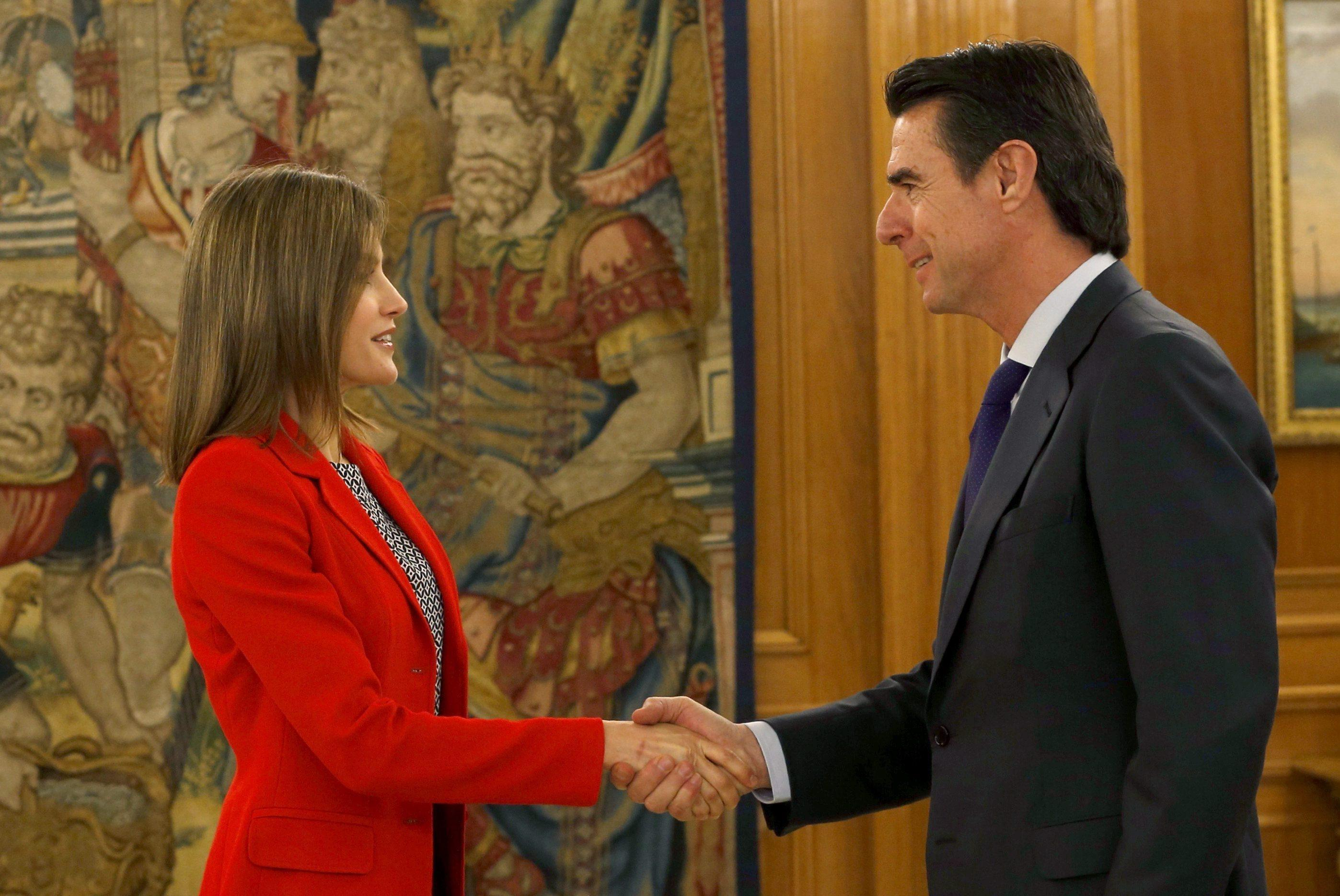 Letizia Ortiz news, look: giacca rossa e pantaloni larghi FOTO