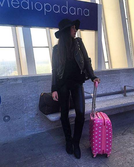 Ludovica Valli total black: pantaloni in pelle e cappello FOTO