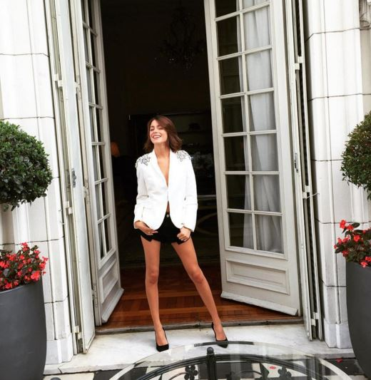 Martina Stoessel (Violetta) look da urlo: gambe in bella vista