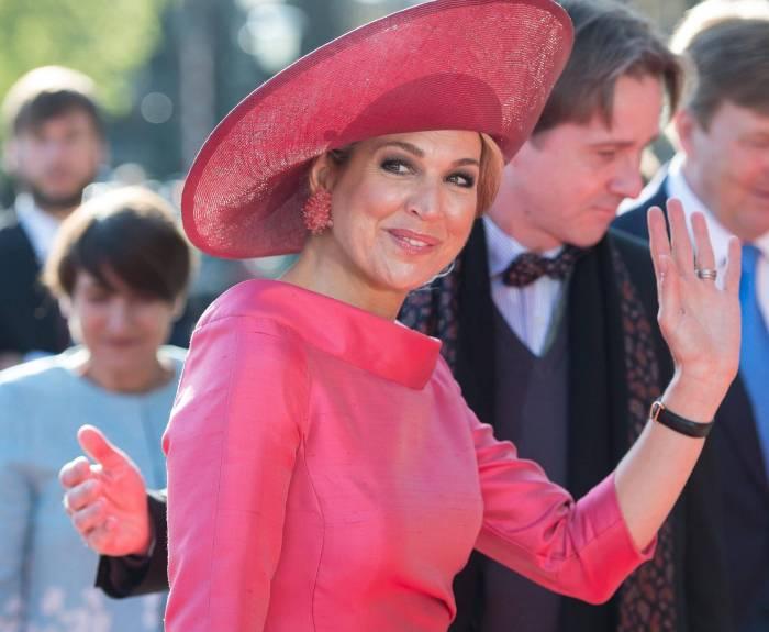 Maxima d'Olanda, abito fucsia aderente: entra in macchina e...
