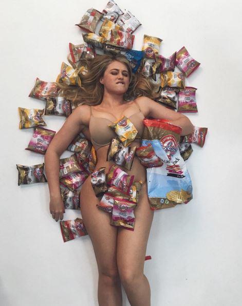 """La chiamano """"vacca grassa"""": modella curvy risponde così FOTO"""