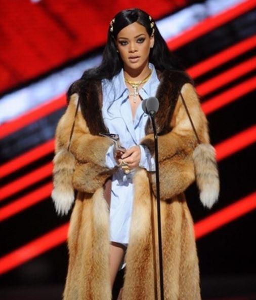 Rihanna, la FOTO che ha fatto infuriare i fan