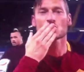 Francesco Totti, il gesto per Ilary Blasi dopo il gol VIDEO