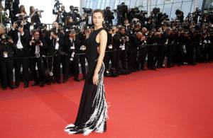 Irina Shayk a Cannes, abito nero firmato Miu Miu FOTO