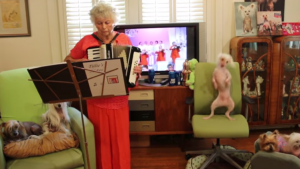 Nonna Tillie suona, il cane Nathan si esibisce3