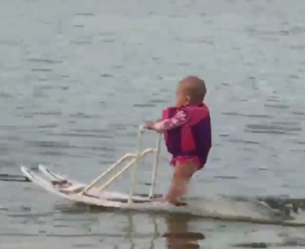 Sullo sci ad acqua a soli 6 mesi: Zyla nel Guinness2