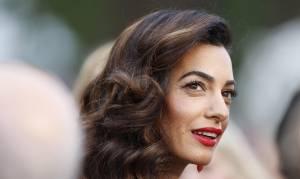 """Amal Alamuddin Clooney sotto accusa: """"Il suo vestito costa..."""