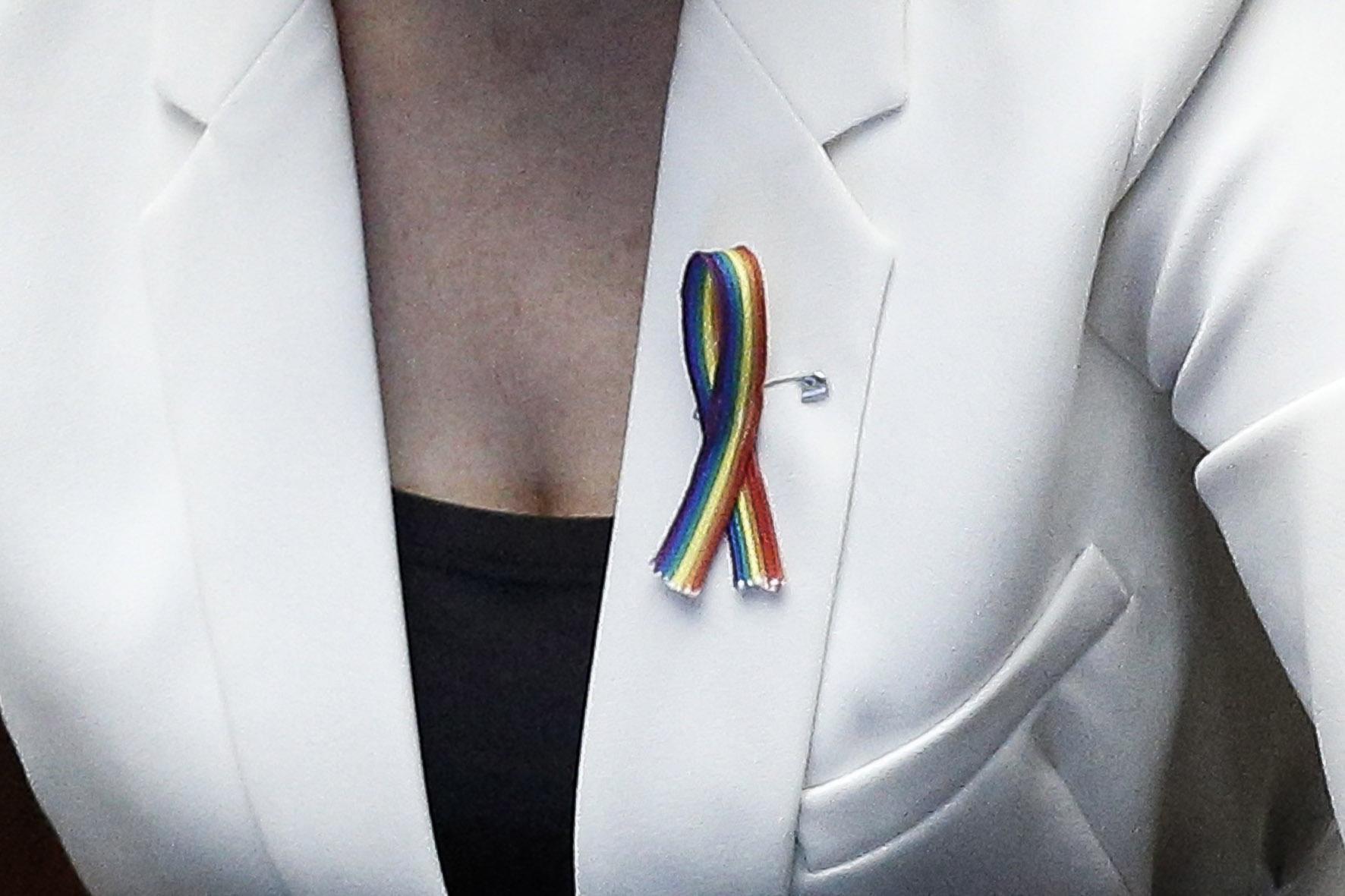 Unioni Civili, Maria Elena Boschi festeggia con spilla arcobaleno