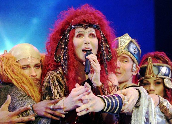 Cher compie 70 anni, tra glamour e trasformazioni