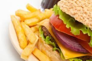 Cibo spazzatura come il diabete: può danneggiare i reni