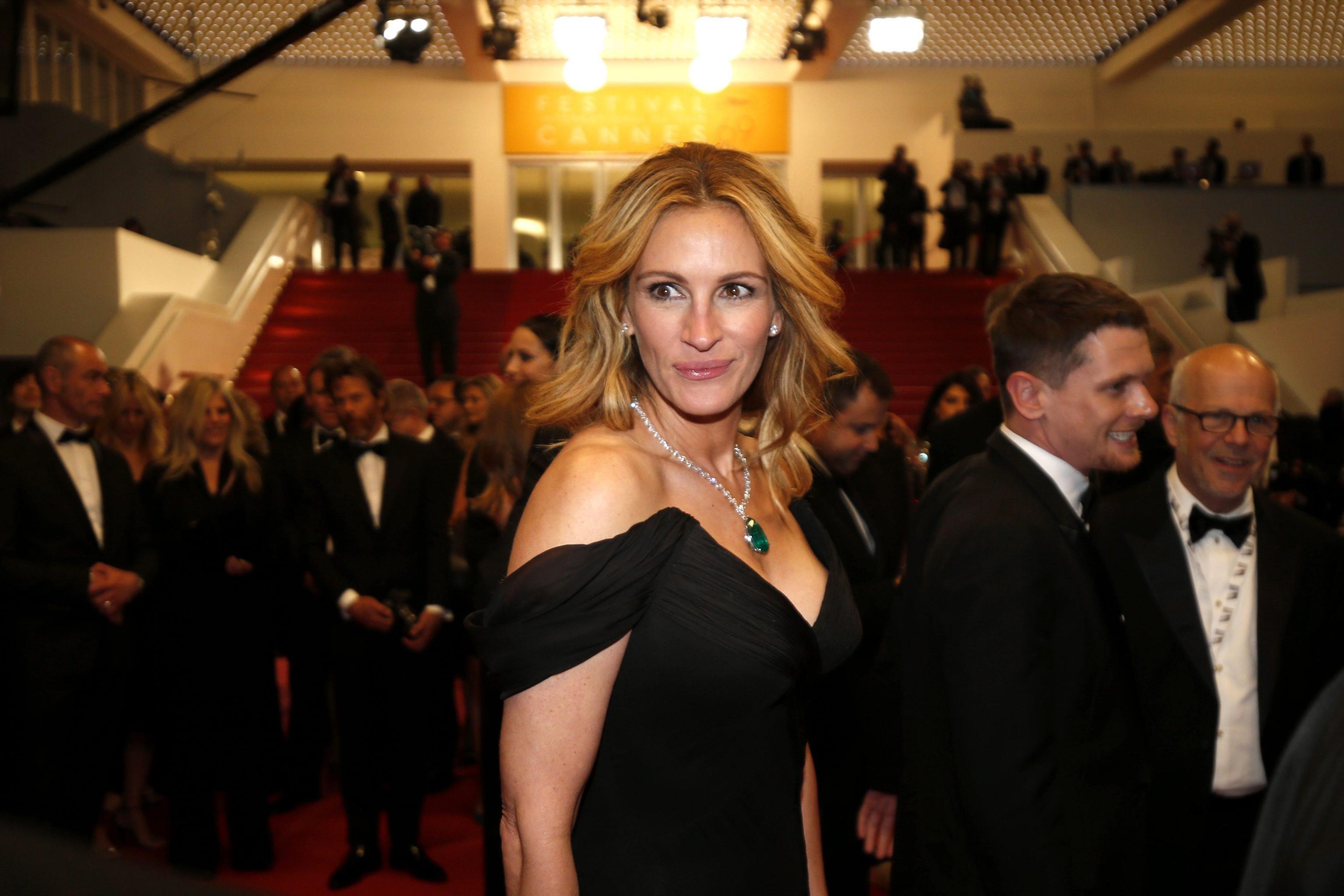 """A Cannes intanto non sono mancate polemiche di stampo lotico da parte del marito George. """"Non penso proprio che Donald Trump potrà diventare presidente degli Stati Uniti d'America, perchè non abbiamo voglia di mettere l'arma della paura alla guida del nostro Paese"""" ha detto George Clooney, democratico da sempre, durante la conferenza stampa per Money Monster di Jodie Foster, di cui è protagonista con Julia Roberts, oggi fuori concorso al Festival di Cannes. """"Per Trump scontiamo il fatto che molte trasmissioni televisive fanno una cattiva informazione. Mi spiego: se si dà la parola a Trump e gli si chiede di intervenire sulla crisi dei rifugiati in Europa, e lui si mette a parlare del suo programma elettorale e di fatto fa propaganda, il risultato è un disastro. L'informazione deve parlare dei fatti, non di altro"""" ha concluso Clooney. FOTO ANSA."""