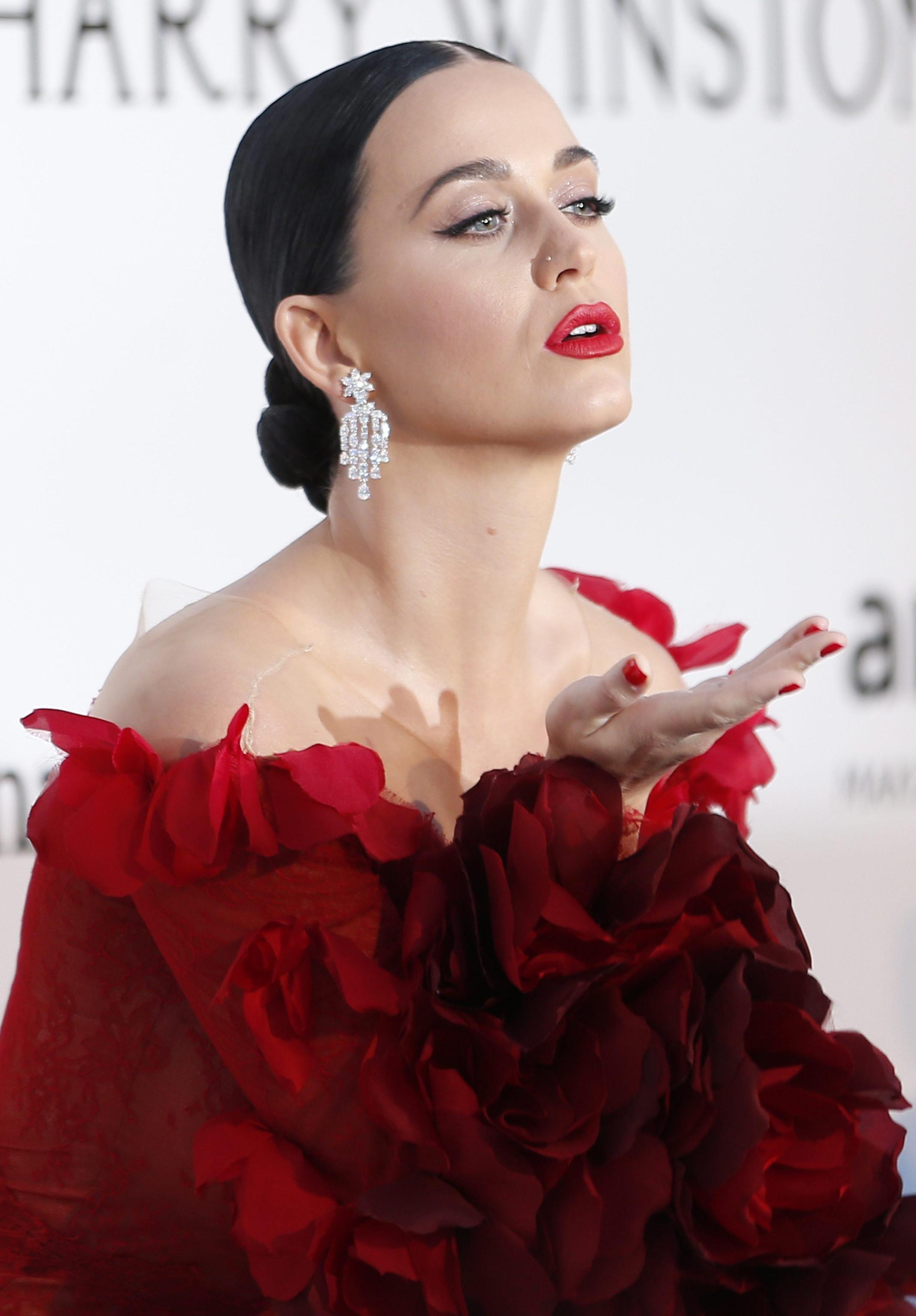 Katy Perry, abito rosso firmato Marchesa a Cannes FOTO