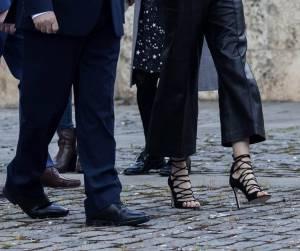 Letizia Ortiz, look impeccabile: sandalo stringato nero FOTO