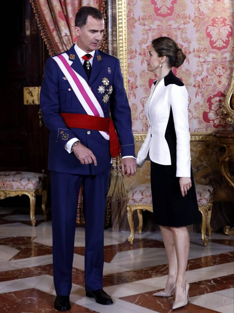 Letizia Ortiz: chignon e tailleur bicolor FOTO