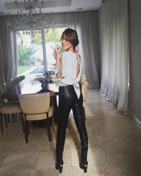 Martina Stoessel (Violetta) pantaloni in pelle e tacchi FOTO