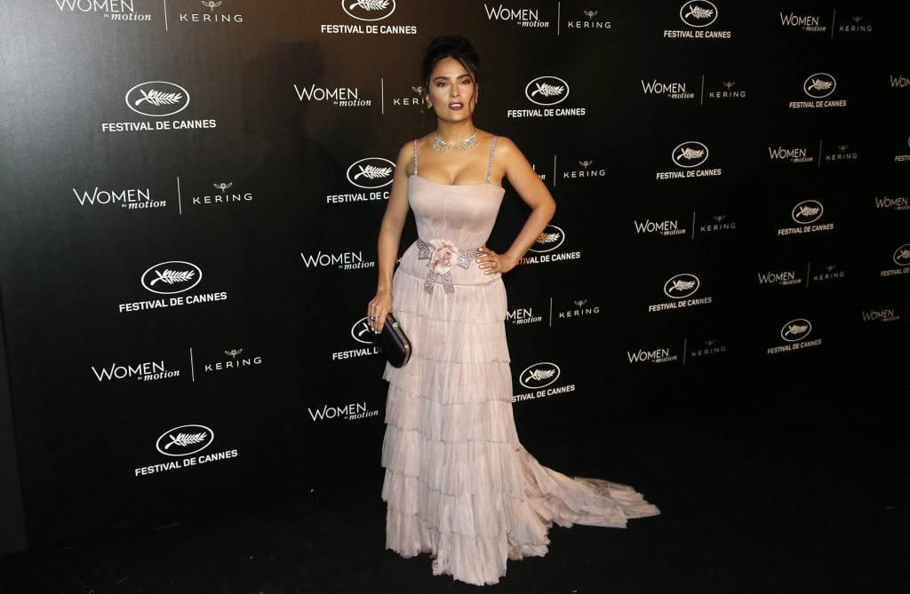 Salma Hayek, scollatura estrema a Cannes con abito Gucci FOTO