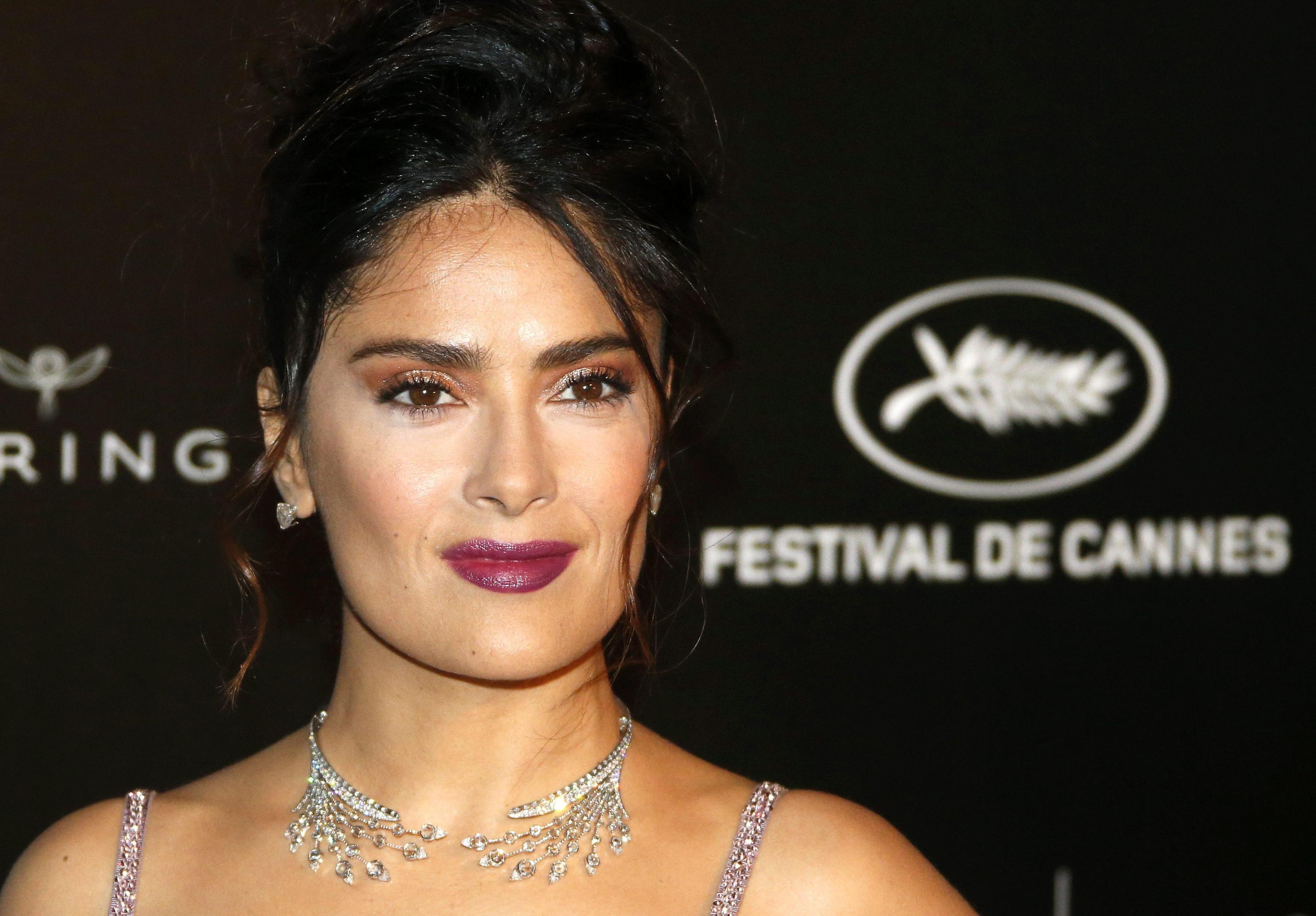 Salma Hayek, scollatura estrema a Cannes con abito Gucci FOTO 1