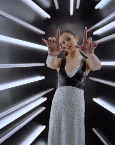 Selena Gomez, top in pelle al Met Gala FOTO VIDEO