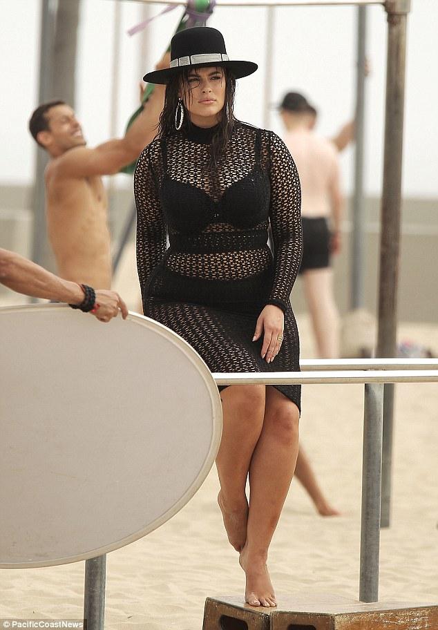 Ashley Graham, modella curvy ostenta le sue forme con orgoglio 8