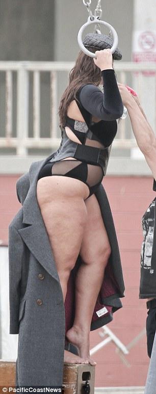 Ashley Graham, modella curvy ostenta le sue forme con orgoglio
