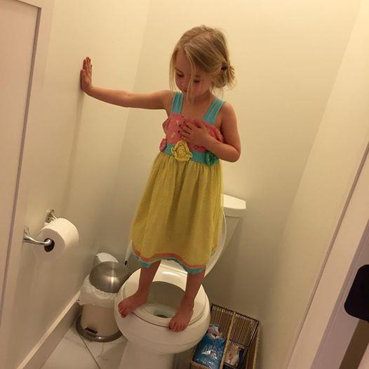 Figlia al bagno fa acrobazie mamma crede ad un gioco poi scopre2