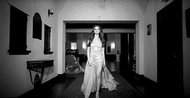 """Selena Gomez, VIDEO """"Kill'Em kidness"""": abito nero con spacco3"""