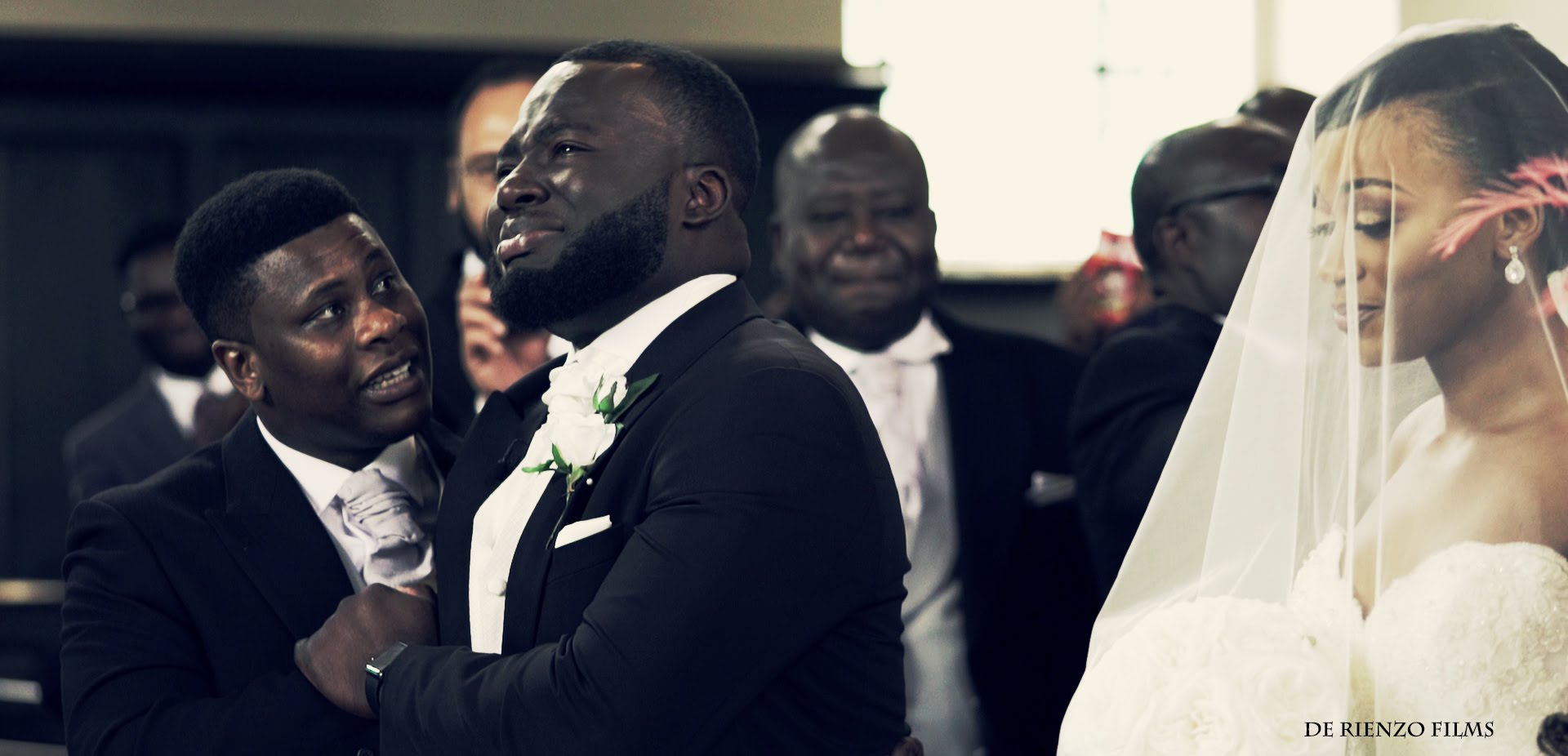Sposo piange sull'altare e non riesce a smettere3
