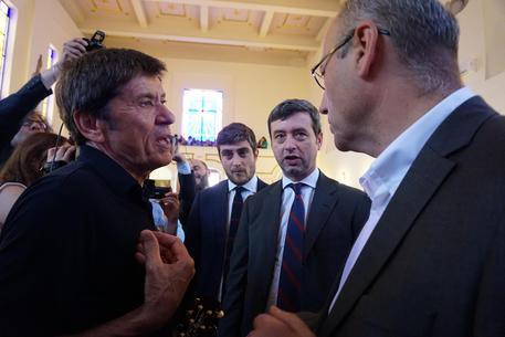 Gianni Morandi canta per detenuti Poggioreale