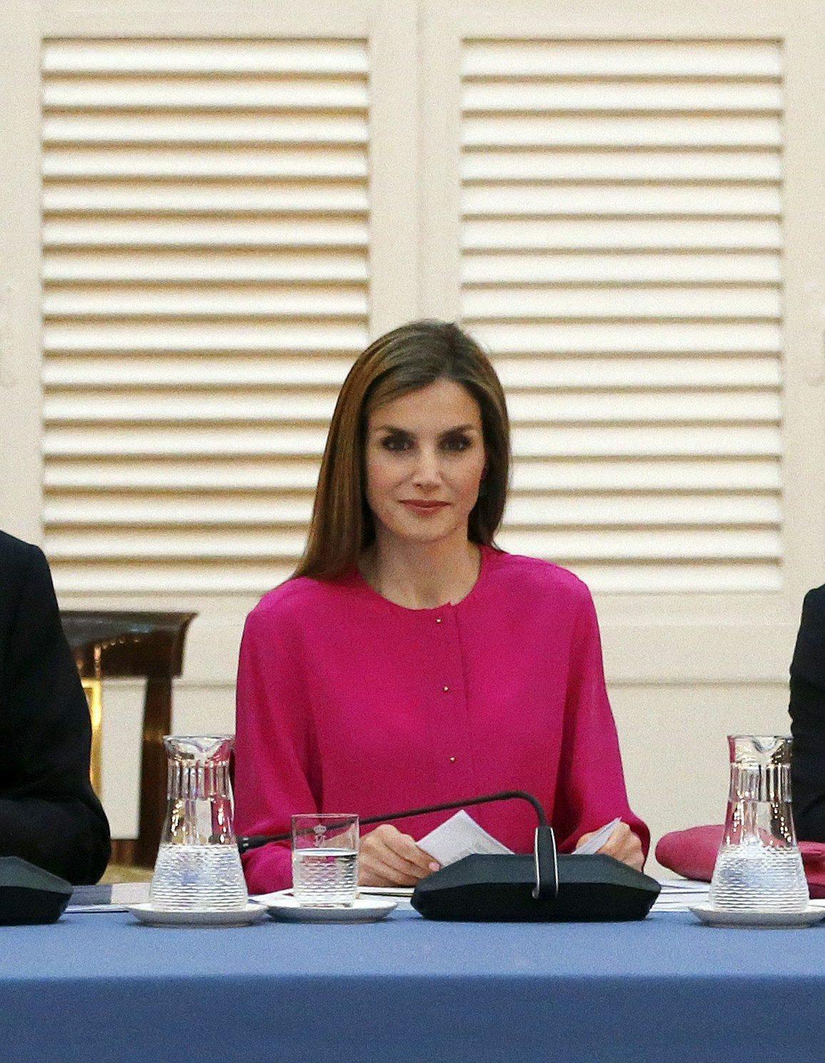 Letizia Ortiz look azzardato: pantaloni in pelle e camicia fucsia