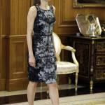 Letizia Ortiz look: tubino aderente a fantasia e tacchi FOTO
